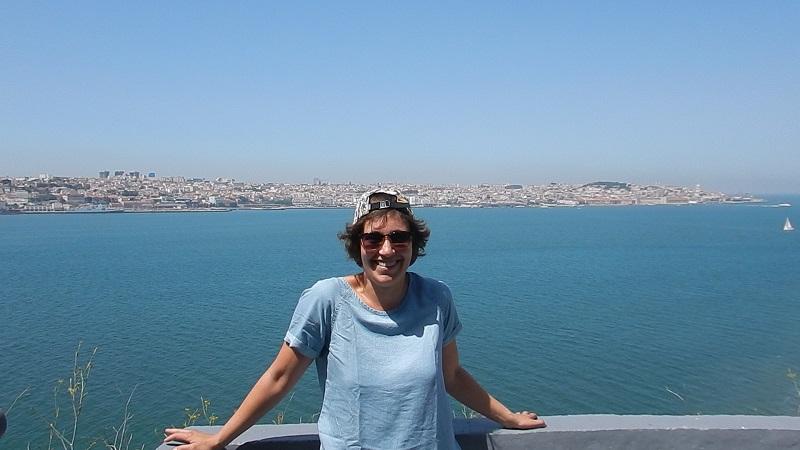 Tanja vor der Skyline von Lissabon.